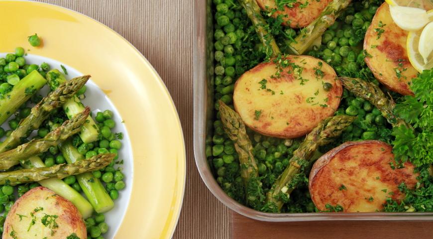 Kostki z tofu na chmurce z zielonego groszku i ziemniaków